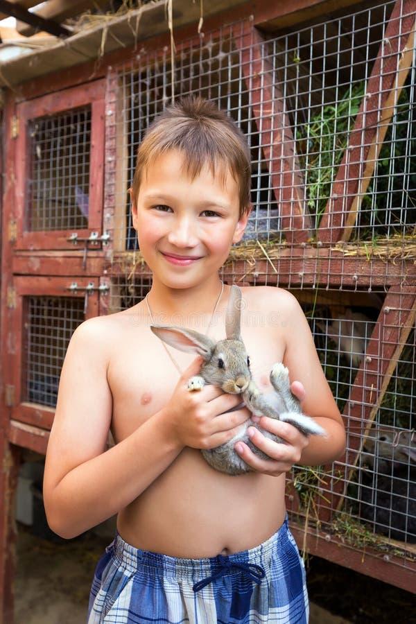 Ragazzo con il coniglietto fotografie stock libere da diritti