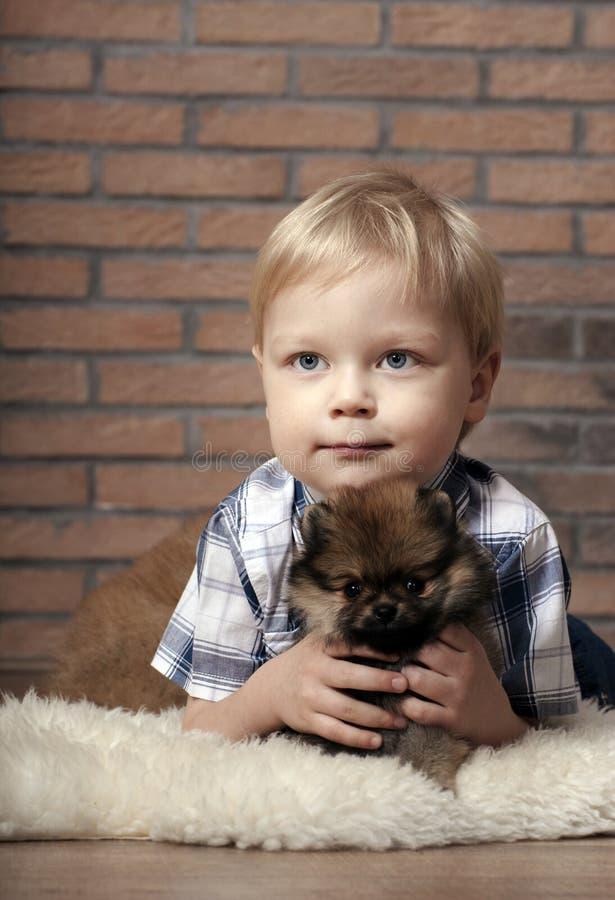 Ragazzo con il cucciolo. immagine stock