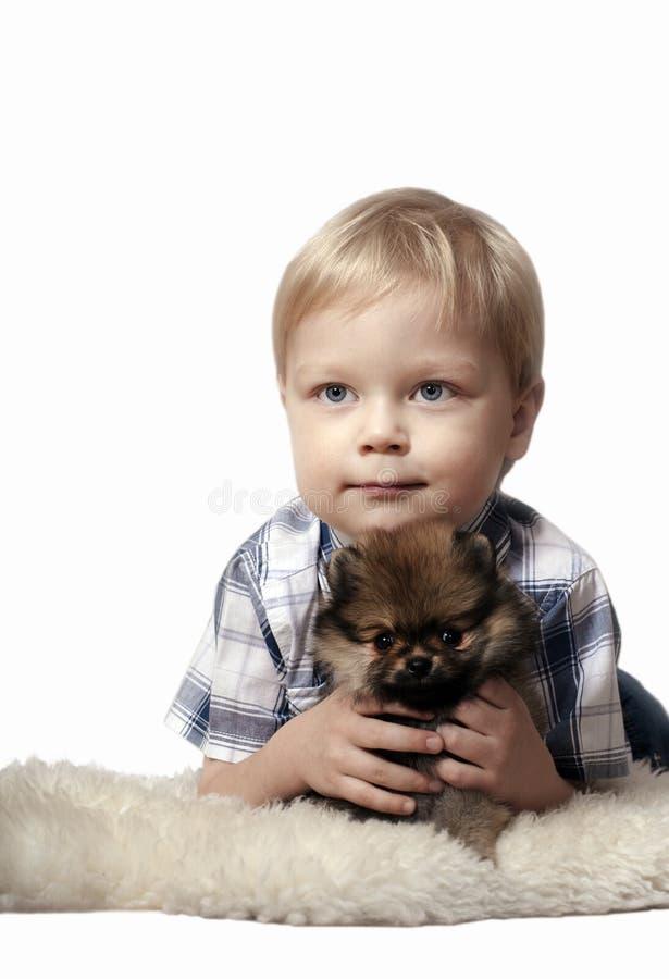 Ragazzo con il cucciolo. fotografie stock libere da diritti