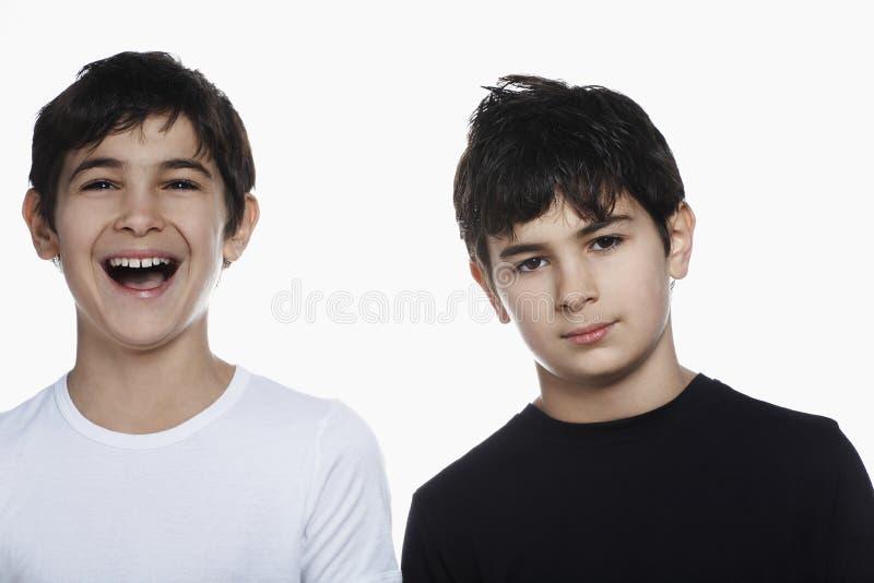 Ragazzo con il fratello felice Against White Background fotografia stock libera da diritti