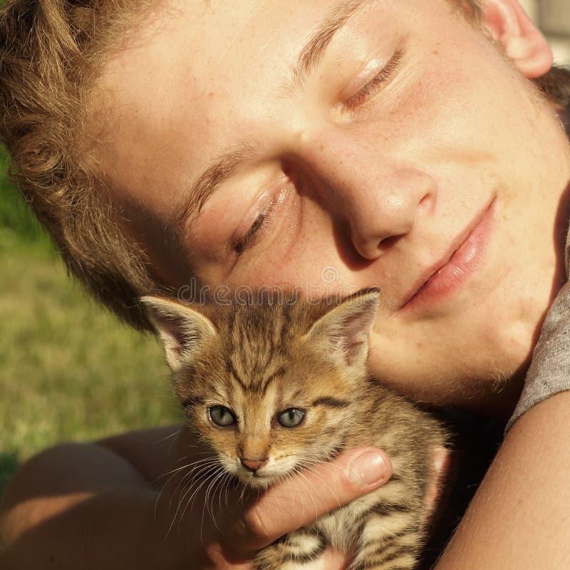 Ragazzo con il gattino fotografie stock libere da diritti