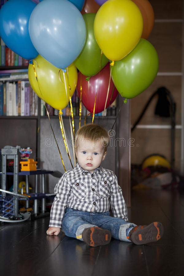 Ragazzo con il mazzo di palloni variopinti fotografia stock libera da diritti
