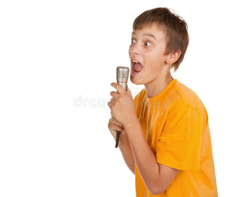 Ragazzo con il microfono ed i lotti di copyspace immagine stock libera da diritti