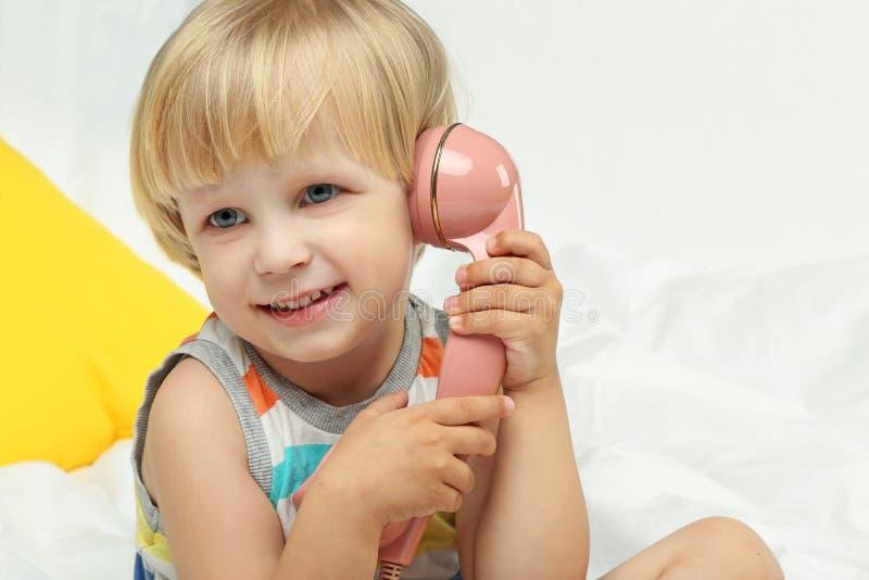ragazzo con il microtelefono fotografia stock libera da diritti