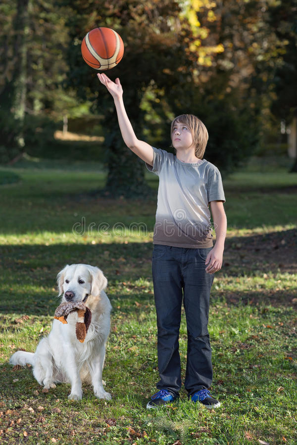 Ragazzo con il suo cane nella sosta fotografia stock