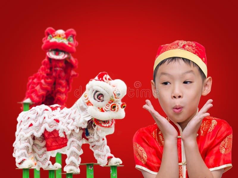 Ragazzo con il vestito tradizionale cinese che eccita fotografia stock libera da diritti