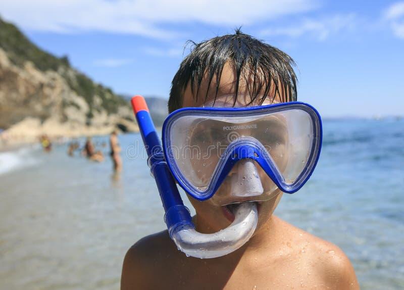 Ragazzo con immergersi maschera fotografia stock libera da diritti