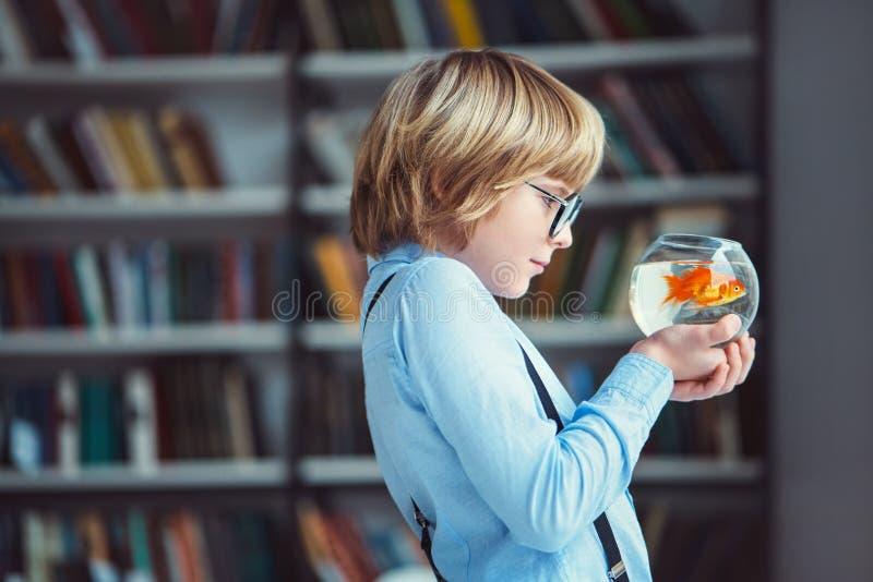 Ragazzo con l'acquario immagine stock
