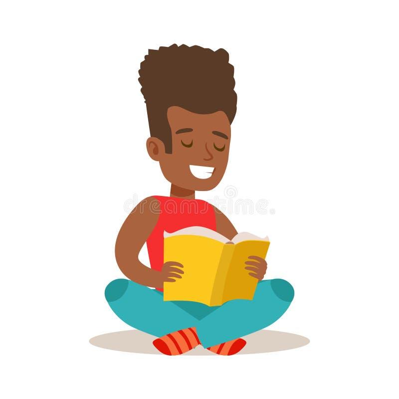 Ragazzo con l'afro che si siede con le gambe attraversate sul pavimento che ama leggere, illustrazione con il bambino che gode le illustrazione vettoriale
