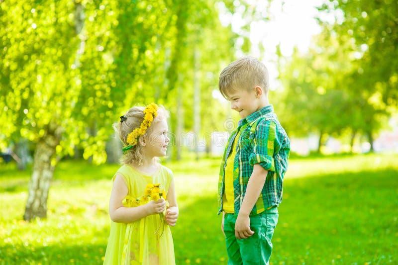Ragazzo con la bambina nel giorno di estate del parco immagine stock