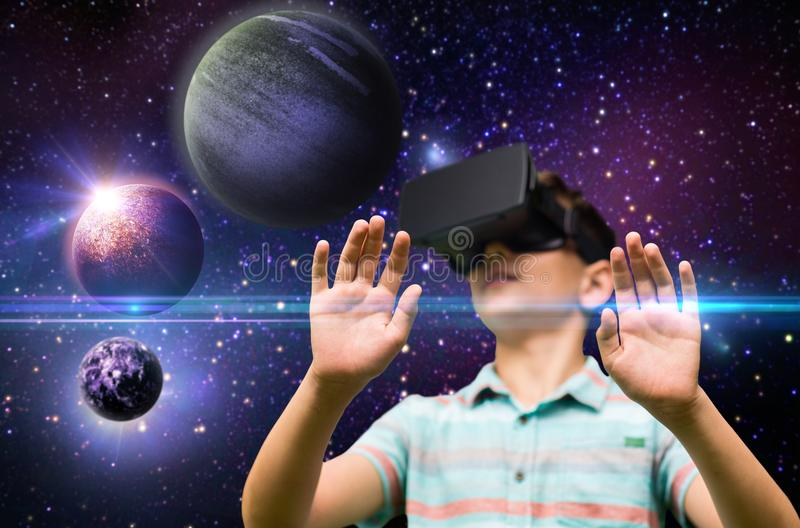 Ragazzo con la cuffia avricolare di realtà virtuale all'aperto fotografia stock libera da diritti