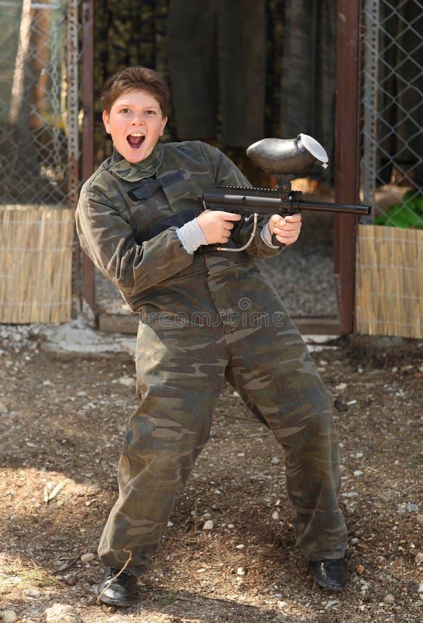 Ragazzo con la pistola di paintball fotografia stock libera da diritti