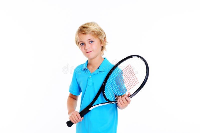 Ragazzo con la racchetta di tennis davanti a fondo bianco immagine stock