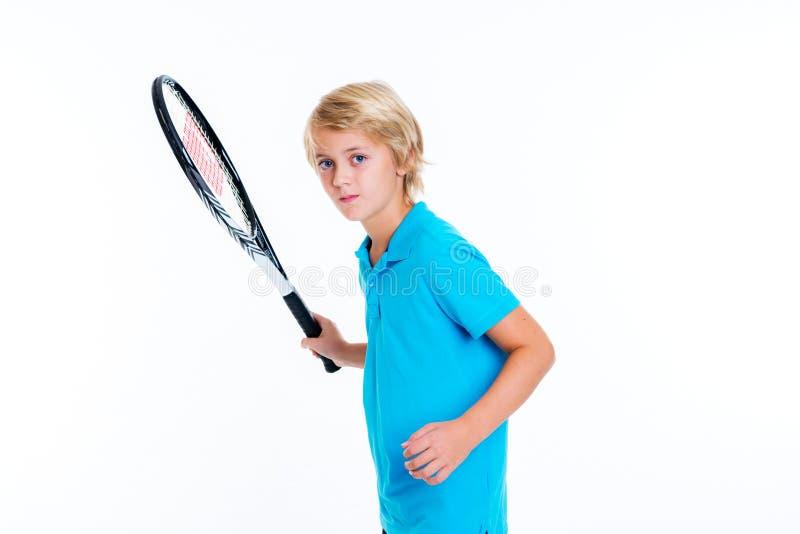 Ragazzo con la racchetta di tennis davanti a fondo bianco fotografia stock libera da diritti