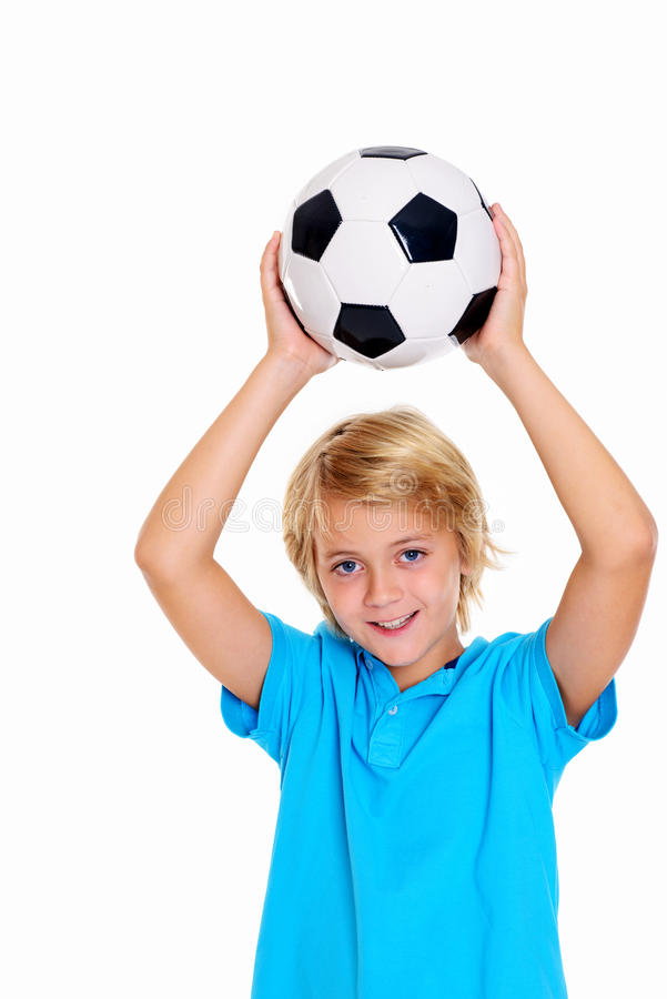 Ragazzo con pallone da calcio davanti a fondo bianco fotografie stock libere da diritti
