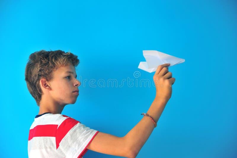 Ragazzo con un aeroplano di carta fotografia stock