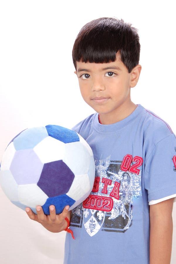 Ragazzo con un gioco del calcio fotografia stock