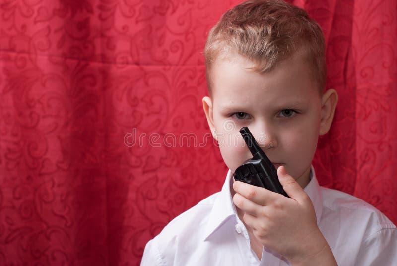 Ragazzo con un walkie-talkie, fotografia stock