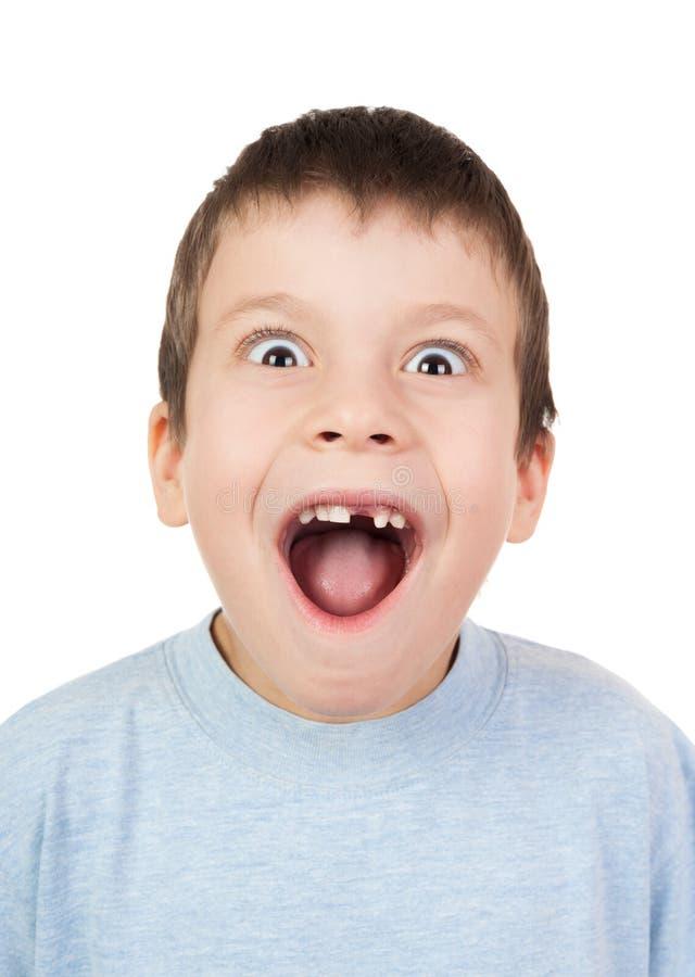 Ragazzo con una bocca aperta del dente perso fotografie stock