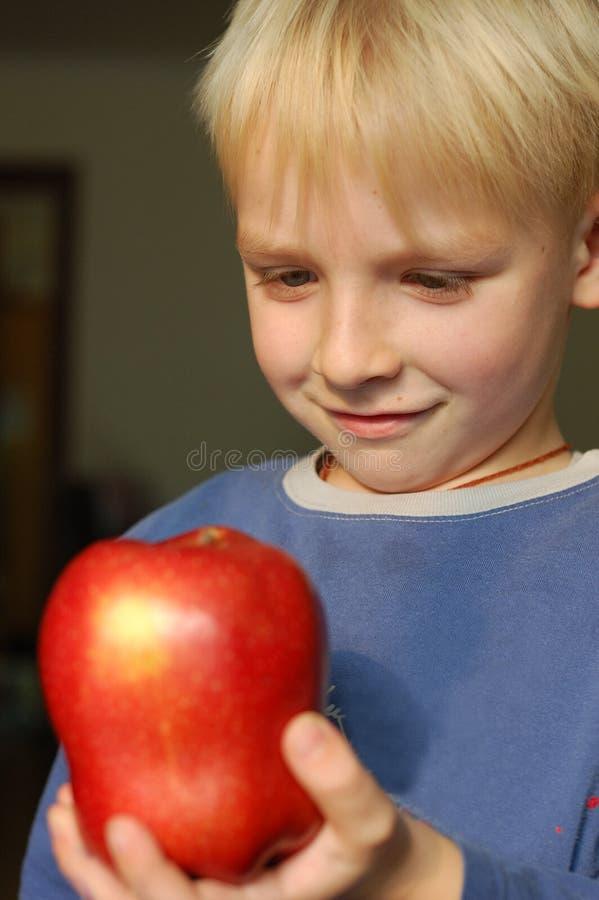 Ragazzo con una mela fotografia stock