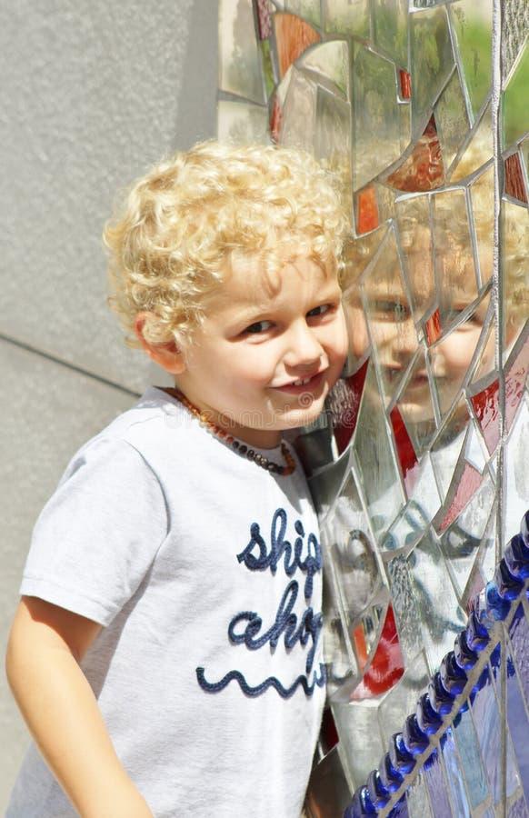 Ragazzo del bambino che posa con il mosaico immagini stock