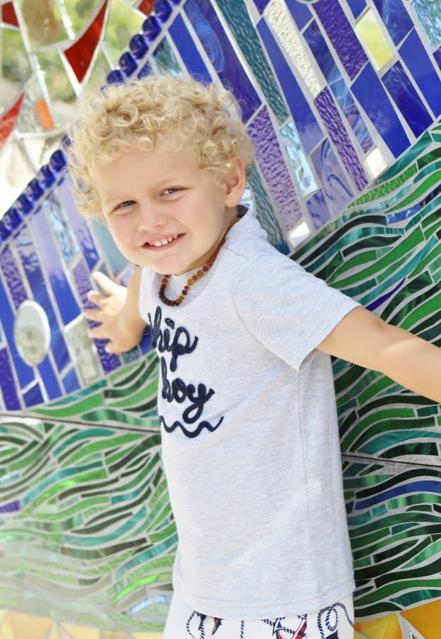 Ragazzo del bambino che posa con il mosaico fotografie stock libere da diritti