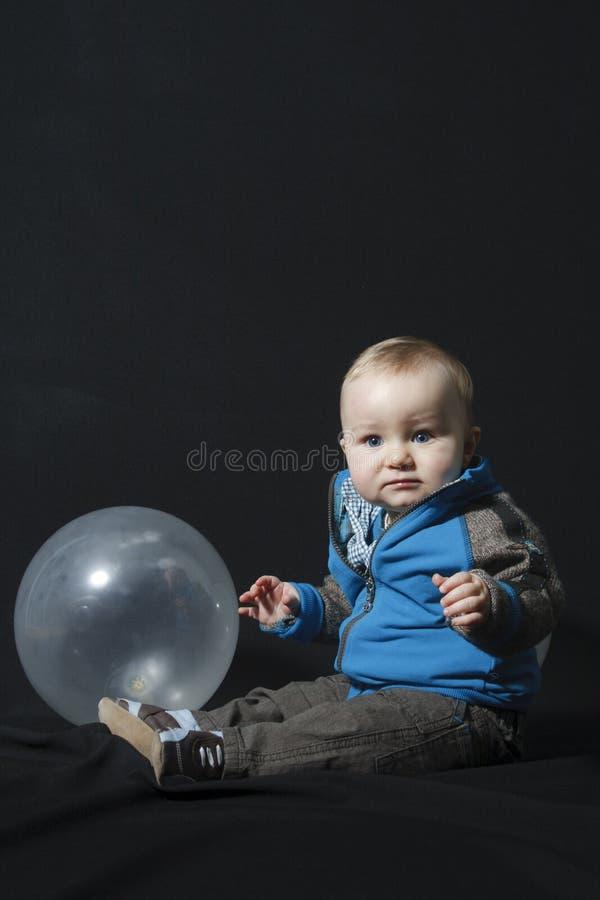 Ragazzo del bambino con l'aerostato fotografie stock