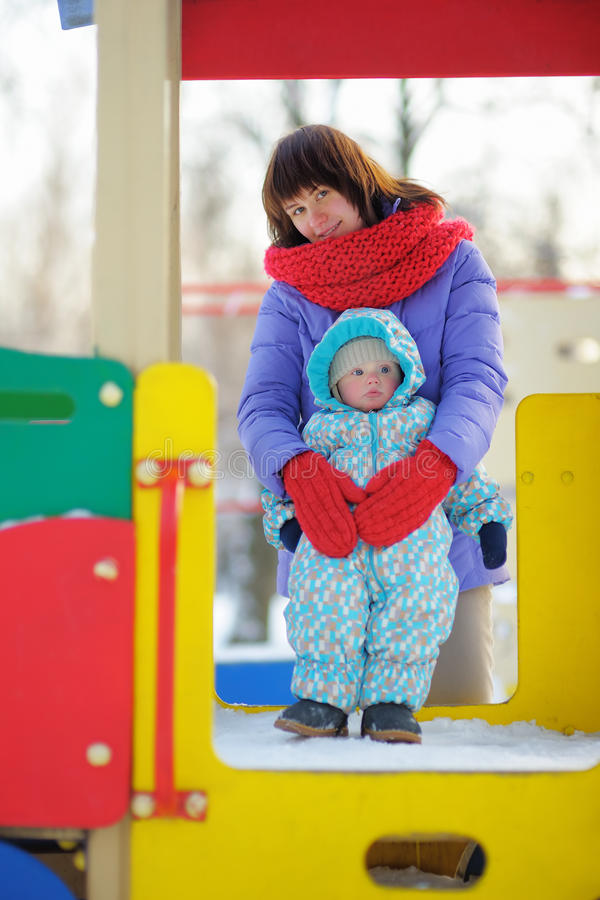 Ragazzo del bambino con sua madre sul campo da giuoco fotografie stock libere da diritti