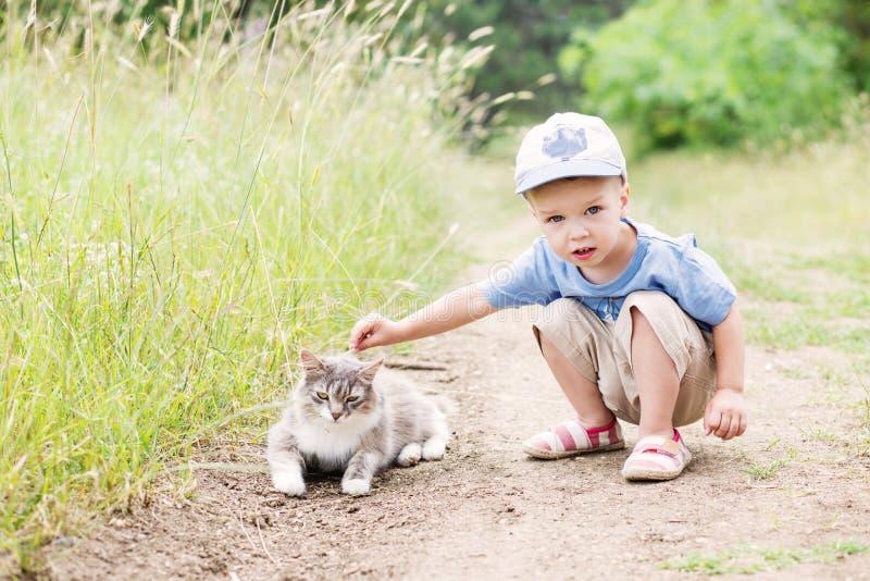 Ragazzo del bambino con un gatto immagini stock