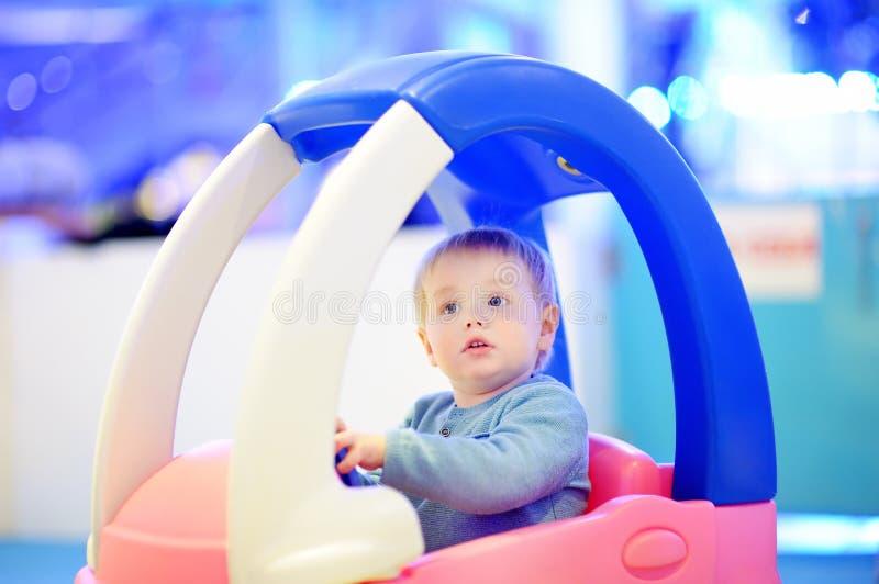 Ragazzo del bambino nell'automobile del giocattolo immagini stock libere da diritti
