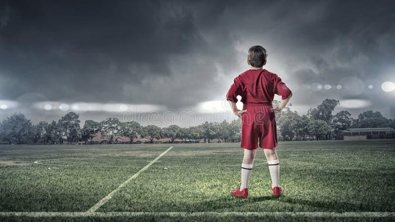 Ragazzo del bambino sul campo di calcio fotografie stock