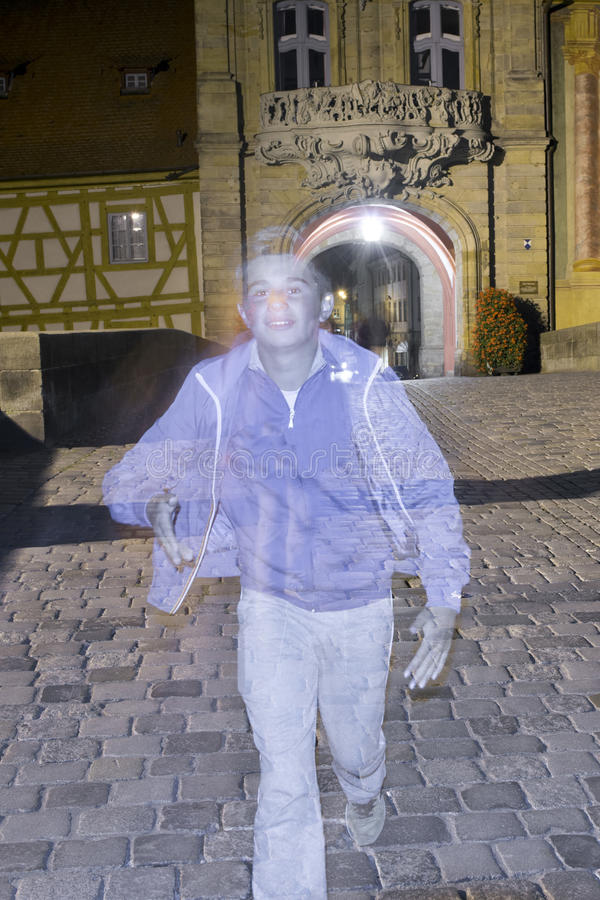Ragazzo del fantasma sulla pavimentazione fotografia stock