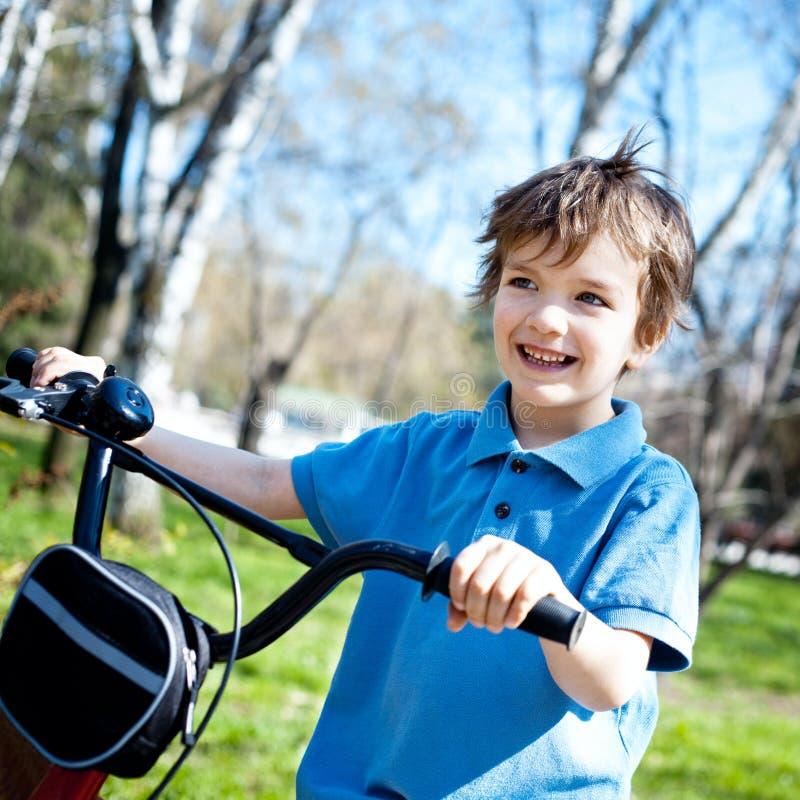 ragazzo del ritratto con la bicicletta, all'aperto immagini stock
