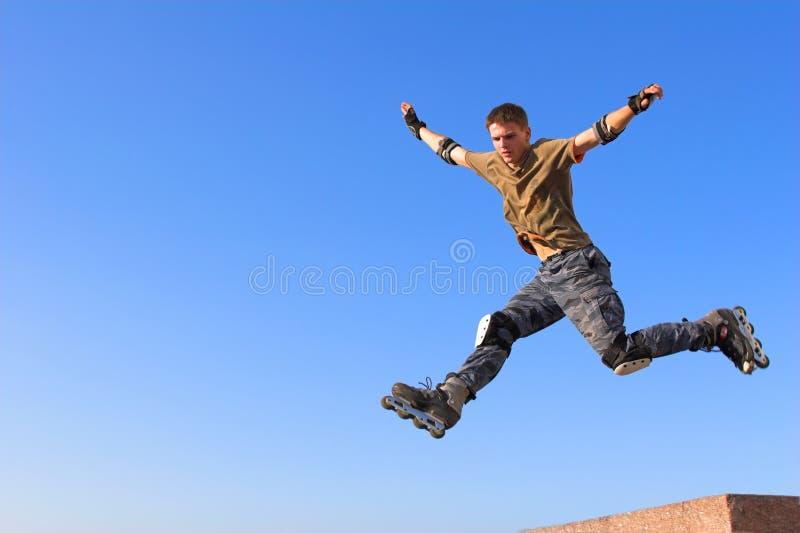 Ragazzo del rullo che salta dal parapetto fotografia stock