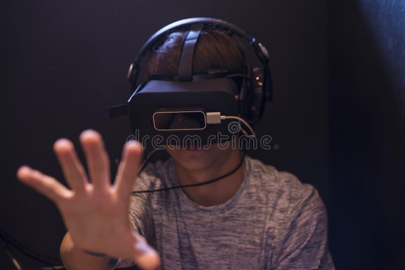 Ragazzo dell'adolescente che gioca con i vetri 3d nel videogam di realtà virtuale fotografie stock libere da diritti