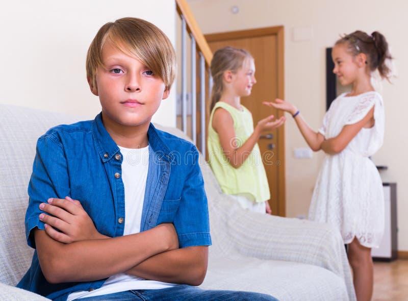 Ragazzo dell'adolescente offensivo sulle piccole amiche fotografie stock libere da diritti