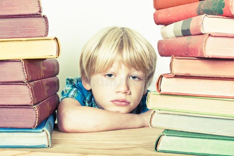 Ragazzo delle biblioteche immagini stock libere da diritti