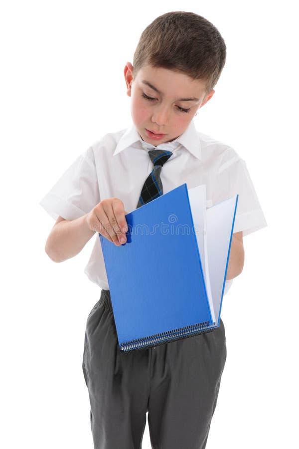 Ragazzo di banco con il libro blu immagine stock