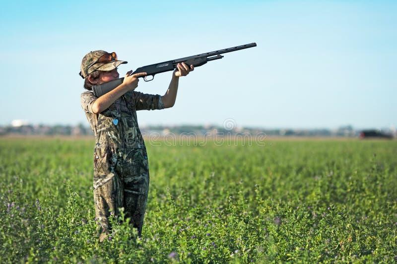Ragazzo di caccia della colomba fotografie stock libere da diritti