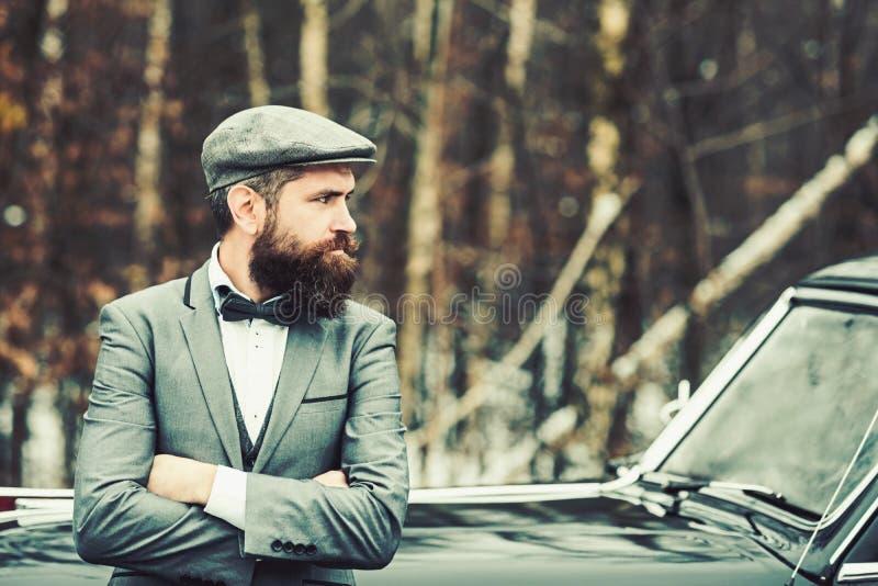 Ragazzo di chiamata in auto d'annata Viaggio e viaggio di affari o escursione del legamento Uomo o guardia giurata della scorta E fotografia stock libera da diritti