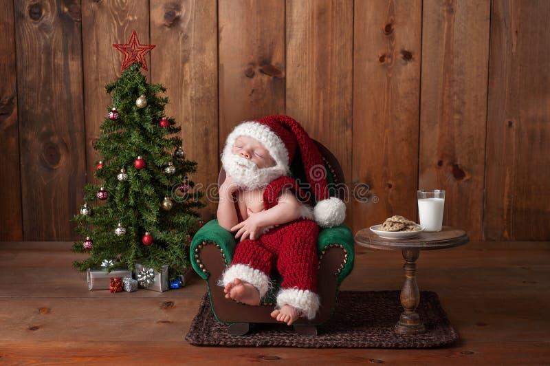 Ragazzo di neonato che indossa Santa Suit con la barba fotografia stock
