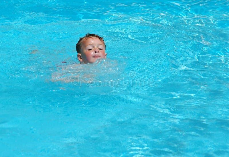 Ragazzo di nuoto immagine stock