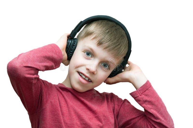 Ragazzo di sette anni con le cuffie che canta fotografia stock