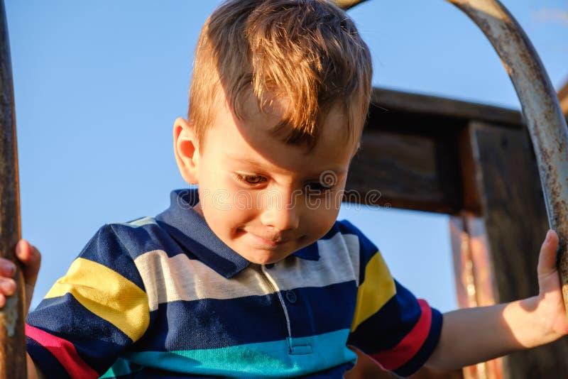 Ragazzo di un anno del bambino piccolo 3-4 adorabile divertendosi sul campo da giuoco, bambino immagine stock libera da diritti