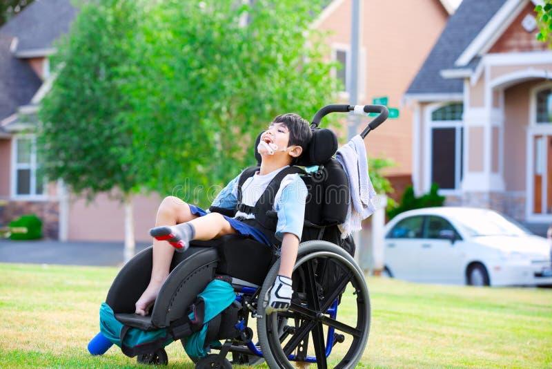 Ragazzo disabile che gode del tempo al parco fotografia stock
