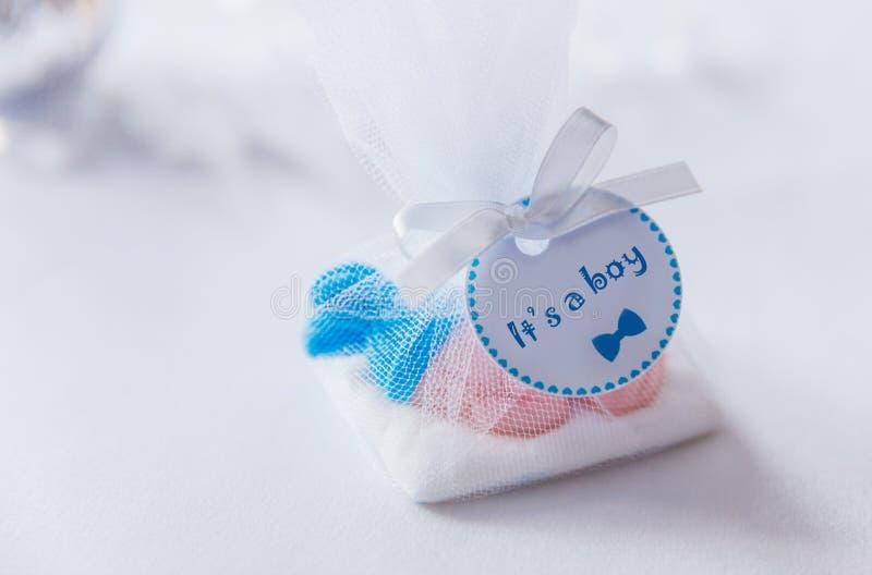 Ragazzo disegnato blu del contenitore di regalo dei dolci della doccia di bambino fotografia stock libera da diritti