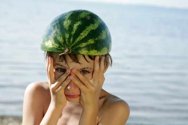 Ragazzo divertente con il casco dell'anguria fotografia stock libera da diritti
