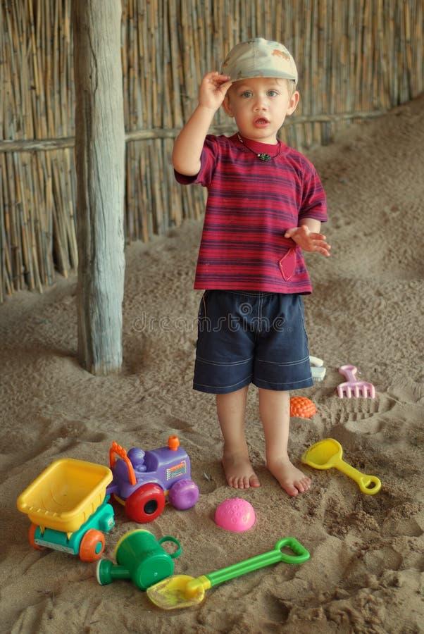 Ragazzo e giocattoli sulla spiaggia fotografie stock