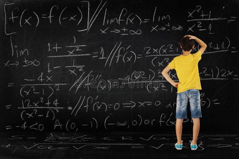 Ragazzo e per la matematica immagini stock libere da diritti