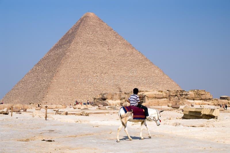 Ragazzo e piramide arabi fotografia stock